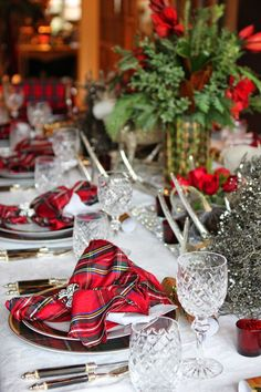 I will be thrilled when I find this material to make Scottish napkins and decorate my table like this.....Gorgeous!!!!!!