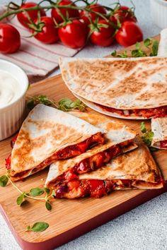 Dass wir darauf nicht schon früher gekommen sind: #Tortilla mit #Tomatenmark, #Paprika, #Zwiebeln und #Käse belegen und als Pizza-Snack verspeisen. Ziemlich genial, oder? Das einfache Rezept erklären wir dir in unserem Rezept inklusive Video! #snack #pizzasnack #fingerfood #pizza #rezepte #rezeptideen #partyfood #einfacherezepte #abendessen #pizzadillas #schnellerezepte