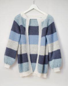 Så var den ferdig, mohairdrøm av ei jakke 🌸 Med ekstra lengde og uten knapper - perfekt tilpasset meg som ikke bruker jakker lukket, og… Diy Knitting Cardigan, Bindi, Sorbet, Knitwear, Free Pattern, Knit Crochet, Pullover, Sewing, My Style