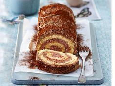 Biskuitrolle mit Schokocreme Based on a traditional family recipe from our editor, this delicious biscuit roll is sure to impress anyone with its impressive combination of delicious biscuit and creamy chocolate. Chocolates, Biscuits, New Cake, Polish Recipes, Chocolate Cream, Chocolate Sponge, French Pastries, Recipe For 4, Delicious Chocolate
