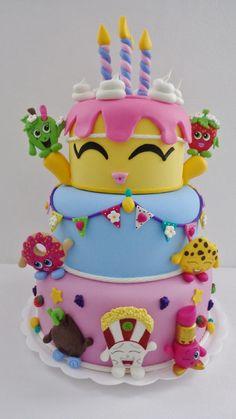Bolo Fake com Biscuit 3 Andares no Tema Shopkins, ideal para festas infantis e decoração de mesa de aniversário de menina. Vela do bolinho , vai a peça separada . Diâmetro da base 25 cm. Altura 40 cm com a velas.