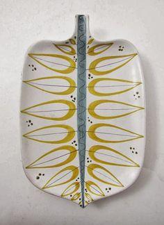 675 4692 FAT, Fajans, Gustavsbergs Studio, Stig Lindberg längd: 31 - www. Pottery Painting, Ceramic Painting, Ceramic Art, Swedish Design, Scandinavian Design, Ceramic Plates, Ceramic Pottery, Cerámica Ideas, Stig Lindberg