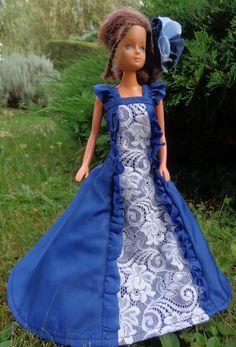 barbie en robe bleu marine avec volants et dentelle