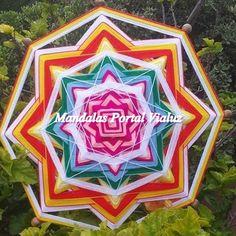 Mandala Mexicanas Enlaçador de Mundos. Feita com fios de lã e varetas de bambu no tamanho de 60 cm de diâmetro. Solicite orçamento que poderemos confeccionar a tua mandala personalizada ou enviar esta mandala para você.