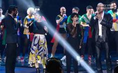 """Si comincia con i quattro super-ospiti italiani (Giorgia, Elisa, Marco Mengoni e Mario Biondi) che cantano assieme a tutti i ragazzi di XF7 per omaggiare Nelson Mandela e """"rompere il ghiaccio"""" di questa attesa finalissima."""