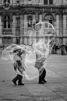 Black n white, black white photos, black and white photography Photo B, Jolie Photo, Black N White, Black And White Pictures, Street Photography, Art Photography, Bubble Photography, Foto Poster, Blowing Bubbles