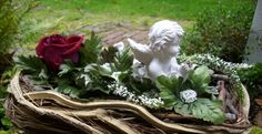 Engel in Schale Casket Flowers, Grave Flowers, Funeral Flowers, Inexpensive Flower Arrangements, Floral Arrangements, Funeral Caskets, Christmas Wreaths, Christmas Decorations, Funeral Planning
