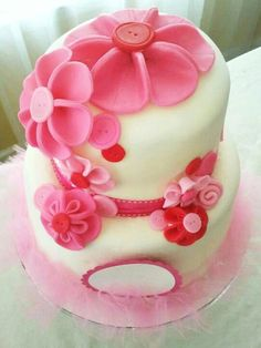 """It's a girl"" features fondant  fabrique like Flowers."