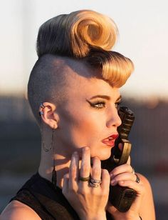 The perfect mix of a vintage classic hairstyle and a punk-rock shaved hairstyle. The floppy curled pouf on the top of the head is accompanied by an all-round shave. The bold makeup accentuates the presentation of the whole look. Dress Makeup, Hair Makeup, Makeup Salon, Makeup Studio, Shaved Undercut, Nape Undercut, Short Hair Cuts, Short Hair Styles, Undercut Hairstyles