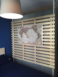 tête lit Ikea Mandal réutilisée en tant que panneau mural en bois clair