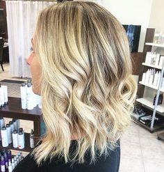 Un joli blond accompagné d'un carré long ondulé 〰 Le combo parfait ! 💯 Une coiffure des plus tendances réalisée par notre coiffeuse partenaire @jess_pino en direct du salon Morini Coiffure à Québec ❤️🇨🇦 #coiffance #morinicoiffure #toncoiffeur #blond #blonde #blondhair #longbob #shorthair #wavy #wavyhair #hairinspo #hairstylist #hairdresser #quebec