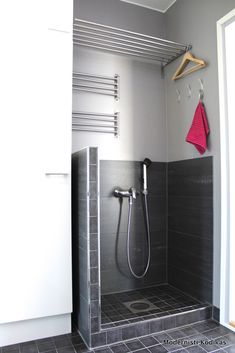 Modernisti kodikas: a mudshower next to the backdoor entrance is brilliant in a household with small children and dogs Laundry Room Bathroom, Bathroom Toilets, Laundry Room Inspiration, Small House Decorating, Laundry Storage, Modular Design, Mudroom, Home Projects, Kitchen Remodel