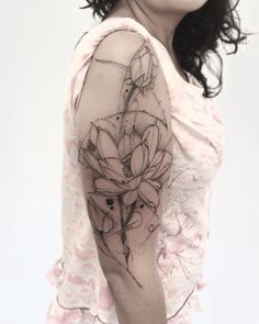 "733 curtidas, 2 comentários - Lincoln Marques (@lincoln_tattoo) no Instagram: ""#lotus #conteporaryart #flowers #minimalismo #tattrx #tattoo2me #tattooed #tattoo2us #equilattera…"""