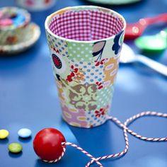 Gobelet transformé en bilboquet avec cotonnade à motifs, ficelle et balle