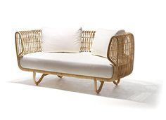 Photo de canapé moderne en rotin avec coussins blancs → touslescanapes.com