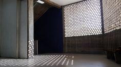 Sombras del muro calado en la  FAU !!! Facultad de Arquitectura y Urbanismo..