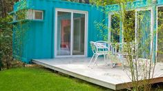 You can find this bungalow in the Pinamar camping in Argentina, is an L-shaped cottage formed by 2 containers of 20 feet, as a result of a living space for 4 Bungalow, Outdoor Sofa, Outdoor Furniture Sets, Outdoor Decor, Glamping, Different House Styles, Green Business, Interesting Topics, Tiny Spaces