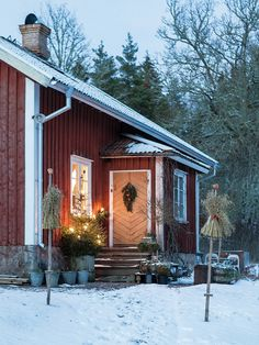 Made In Persbo: Julen hos mig >>> THAT DOOR! Love the door as well as the wheat sheaf poles (this is food for the birds during the winter) Swedish Christmas, Scandinavian Christmas, Country Christmas, Christmas Home, Red Houses, Red Cottage, Weekend House, Swedish House, Scandinavian Home