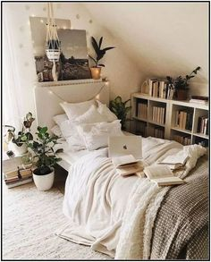 26 Minimalist Bedroom Decoration Ideas that Looks Cool can fully change your home& decor. Check out this record for essentially the most lovely ones that need little care! Cozy Dorm Room, Dorm Room Walls, Small Room Bedroom, Room Decor Bedroom, Diy Room Decor, Cozy Bedroom, Stylish Bedroom, Bedroom Furniture, Bedroom Ideas For Small Rooms Cozy