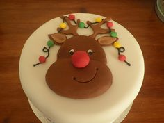rudolf christmas cake - my kids would like that Christmas Cake Designs, Christmas Cake Decorations, Christmas Cupcakes, Holiday Cakes, Christmas Desserts, Christmas Treats, Xmas Cakes, Rudolph Christmas, Nutcracker Christmas