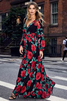 black maxi dress Every pose will be on point in the Lulus Strike a Rose Black Floral Print Long Sleeve Maxi Dress! Stunning red and green floral print decorates lightweight woven fabri Girl Fashion Style, 70s Fashion, Modest Fashion, Fashion Outfits, Floral Print Maxi Dress, Maxi Dress With Sleeves, 70s Mode, Dress Vestidos, Maxi Dresses