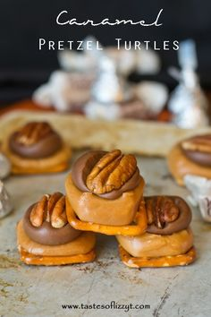 These 4 ingredient Caramel Pretzel Turtles are salty, sweet and perfectly bite-sized. Caramel lovers will love the caramel to chocolate ratio! Köstliche Desserts, Delicious Desserts, Dessert Recipes, Yummy Food, Tasty, Caramel Recipes, Candy Recipes, Sweet Recipes, Oreo Dessert