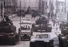 Hierop is Checkpoint Charlie verbeeld. Deze post was een controle punt voor hoog opgeleide en andere buitelanders om naar de andere kant van de stad te komen.