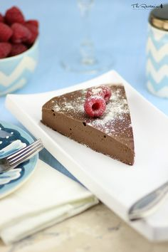 This delicious raw chocolate cream pie requires only 1 step and 1 piece of kitchen equipment: a blender. Bananas give this frozen chocolate cream pie its creaminess.