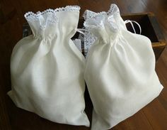White linen lingerie bags whit handmade cotton lace by aniasews.etsy.com.