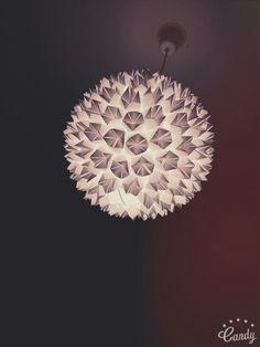 """D.I.Y Lampenschirm   Diesen Lampenschirm fand ich so schön dass ich ihn direkt nach gebastelt habe,dabei ist dieses Schöne Stück rausgekommen. Man braucht: - 1x Papier Lampenschirm - Heißklebe Pistole -Origami Papier oder normales  Anleitung: Zu erst habe ich ,,Himmel und Hölle"""" gefaltet und sie dann auf den Lampenschirm geklebt.Ich habe zwischen ca.100 und 200 ,,Himmel und Hölle"""" gebraucht,das hängt natürlich davon ab wie groß ihr sie haben wollt und wie groß der Lampenschirm ist. Viel…"""