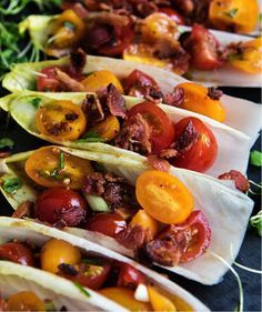 Voedzaam gevuld witlofblad recept dat als snack of maaltijd gegeten kan worden. Lekkere bite in combinatie met gebakken spek en tomaten.