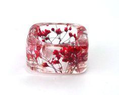 Anillo de resina roja. Presiona flor resina por SpottedDogAsheville