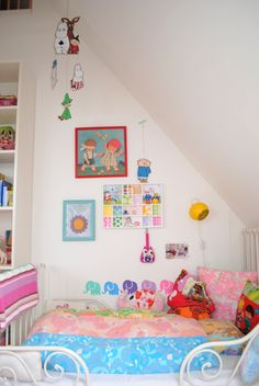 Kids room - Vintage fabric and pillows - Mor til Mernee
