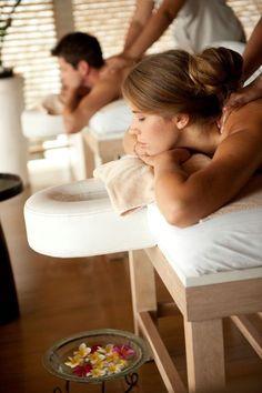 Couple massage at Tea Tree Spa Good Massage, Massage Room, Massage Therapy, Massage Table, Facial Massage, Massage Chair, Piscina Spa, Couples Spa, Romantic Couples