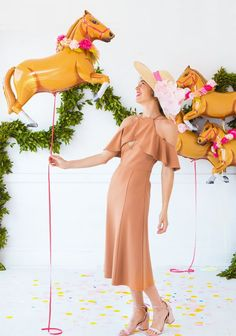 Colorful and modern twist on a Kentucky Derby party. Derby Day Fashion, Horse Balloons, Run For The Roses, Derby Dress, Horse Party, Bachelorette Party Decorations, Fancy, Happy Day, Party Themes