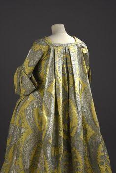 Robe volante en lampas jaune citron tramé de fils d'argent et de soie verte…