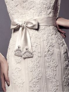 Enzoani Lace wedding dress with side bow Love Fashion, Vintage Fashion, Royal Fashion, Fashion Details, Vintage Style, Fashion Women, Style Fashion, Fashion Ideas, Beautiful Bride
