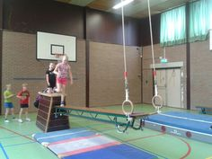 Wiebelbank met kast en ringen Crossfit Kids, Kids Gym, Kids Sports, Motor Activities, Activities For Kids, Toddler Class, Pe Games, Vs Sport, School Building