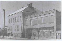 Dawniej Urząd Gminy i sklep wielobranżowy na piętrze, a na parterze spożywczy, lata 80-te? Zdjęcie ze zbiorów Magdaleny Wilusz.