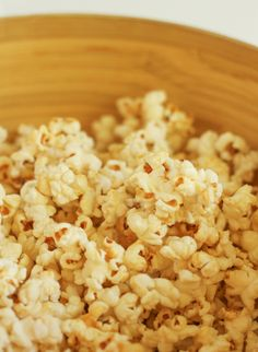 Stovetop kettle corn - so simple, so delicious! Homemade Popcorn Recipes, Snack Mix Recipes, Yummy Snacks, Appetizer Recipes, Healthy Snacks, Cooking Recipes, Healthy Recipes, Appetizers, Kettle Corn Popcorn