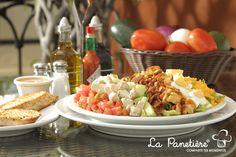 Ensalada Chop Chop: Lechuga romana, pepinos, tomates picados, cubitos de pechuga de pollo, tocino bits, queso cheddar, cilantro y albahaca, huevo duro, paprika croutons con aderezo balsámico.