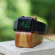 Schuttenworks RIMPEL is de perfecte Apple Watch Dock voor nachtkastje modus MacRumors zegt. Check out hun review op http://www.macrumors.com/review/schuttenworks-ripple-apple-watch-dock/ of Bekijk de beoordelingen door onze klanten hier op Etsy.  De RIMPEL Apple Watch opladen Stand is het perfecte Apple horloge laden oplossing voor als u ook wilt gebruikmaken van uw horloge in de nachtkastje-modus die wordt geleverd met watchOS 2 tijdens het opladen van uw horloge. De richel aan de voorkant…
