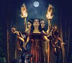 Hécate, deida femenina de la noche, la magia, la necromancia y dueña de Cerbero, el perro guardián del Inframundo, fue la única de los Titanes que conservó su poder..  https://vademedium.wordpress.com/2015/01/18/hekate-la-oscura-diosa-de-tres-cabezas/