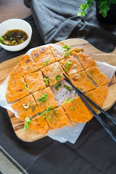 How to make delicious and crispy Korean kimchi pancakes (Kimchi buchimgae). Also learn how to make Korean pancake dipping sauce that goes with it! Korean Kimchi Pancake Recipe, Kimchi Recipe, Korean Pancake, Veggie Recipes, Asian Recipes, Cooking Recipes, Ethnic Recipes, Yummy Recipes, Recipies