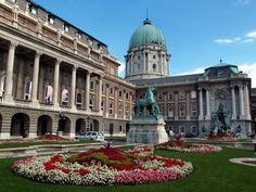 Il Castello di Buda è senza ombra di dubbio una delle più famose e visitate attrazioni turistiche della capitale ungherese. Uno dei maggiori simboli dell'Ungheria è il Palazzo Reale, luogo di battaglie e guerre dal secolo XIII.                                            http://butterflyhome.hu/m/budapest?lang=it