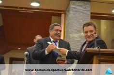 Don Manuel Casáis Caamaño (a la derecha), miembro del Patronato de FUNCEPT, hace la entrega del premio a  Don Pedro Rodríguez Zaragoza (a la izquierda de la imagen), Presidente de la Autoridad Portuaria de Santa Cruz de Tenerife