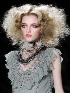 Dior Fall Winter makeup artist: Pat McGrath and hairstylist: Orlando Pita. John Galliano, Victorian Makeup, Circus Hair, Hair Rainbow, Rococo Fashion, Paris Fashion, Alexander Mcqueen, Victorian Hairstyles, Vintage Circus