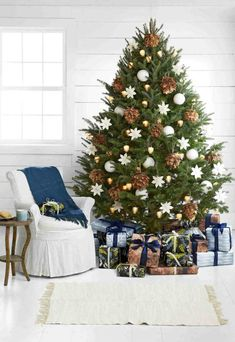 If you're looking for fresh and latest Christmas tree decorating ideas, you're at the right place. Below you'll find our Christmas tree decorating ideas. Christmas Tree Design, Best Christmas Tree Decorations, Christmas Tree Inspiration, Cool Christmas Trees, Noel Christmas, Rustic Christmas, Beautiful Christmas, White Christmas, Christmas Lights