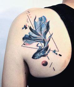 Symmetry and Betta Fish Tattoo on Shoulder – Tattoo Ideas Tattoo Life, Botanisches Tattoo, Tattoo Bein, Trendy Tattoos, Black Tattoos, Small Tattoos, Tattoos For Guys, Cool Tattoos, Hai Tattoos