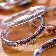 Utiliser du tube transparent pour créer des bracelets. Je verrais bien des petits mots à l'intérieur ...